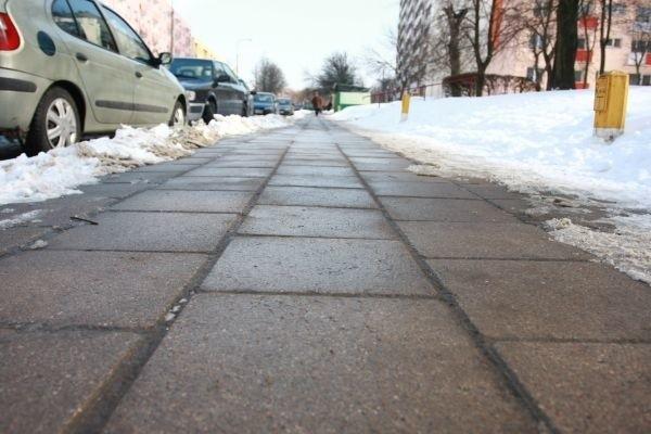 Po naszej interwencji po śniegu zalegającym na chodniku przy ulicy Broniewskiego nie zostało ani śladu.