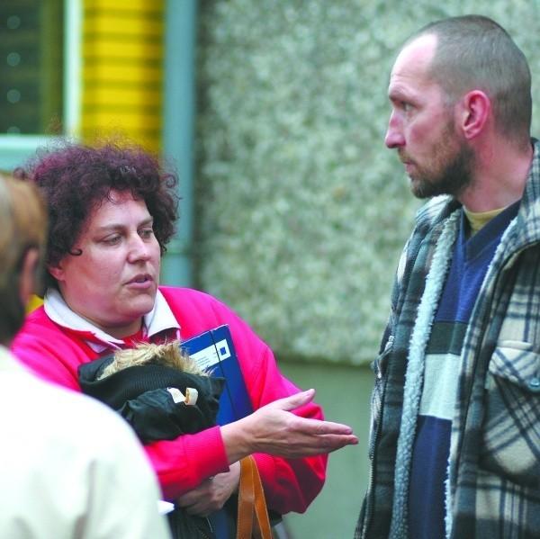 Jak można tak oszukiwać ludzi?! – denerwuje się Anna Dymko (z lewej). – Za co mamy teraz żyć? – Ciągle tylko nas zwodzi – dodaje Grzegorz Sańczyk (z prawej). – A my bez grosza zostaliśmy.