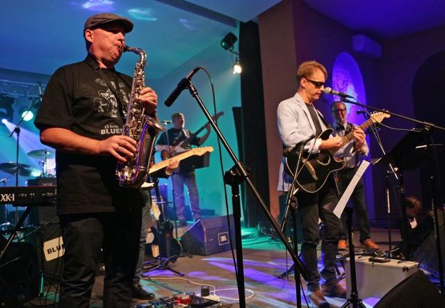 """Zespół """"Bluesqua"""" na scenie klubu Akcent."""