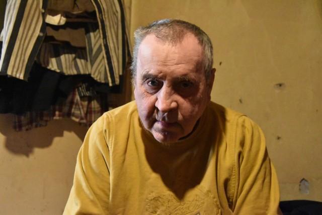 Jerzy Zalewski mieszka na  poddaszu sypiącej się kamieniczki w centrum Strzelec. Utrzymuje się z zasiłków i zbierania aluminiowych puszek. Uważa, że został oszukany.