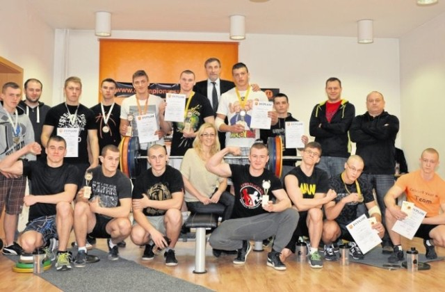 Pamiątkowe zdjęcie wszystkich uczestników zawodów w wyciskaniu sztangi