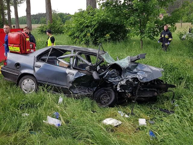 """Na lubuskim odcinku drogi krajowej nr 24 koło Przytocznej zderzyły się dwa samochody. Kierowca jednego z nich zginął na miejscu, a dwie osoby z drugiej osobówki zostały przewiezione do szpitala.Do tragicznego wypadku doszło we wtorek, 15 maja, na drodze krajowej nr 24 między Przytoczną i Wierzbnem. Około godz. 13.39 na jej skrzyżowaniu z lokalnymi drogami do Lubikowa i Goraja 82-letni kierowca renault chciał skręcić w lewo. Nie ustąpił pierwszeństwa jadącemu w przeciwnym kierunku volkswagenowi i doprowadził do zderzenia obu pojazdów.Kierowca renault zginął na miejscu. - Mężczyzna kierujący volkswagenem i jego pasażerka doznali wielu urazów. Zostali przewiezieni do szpitala - informuje asp. Justyna Łętowska z międzyrzeckiej policji.Droga była zablokowana przez blisko cztery godziny.Skrzyżowanie DK 24 z drogami do Lubikowa i Goraja to czarny punkt na mapie komunikacyjnej powiatu międzyrzeckiego. W licznych wypadkach zginęło tam już kilka osób.Więcej informacji z powiatu międzyrzeckiego w tygodniku """"Głos Międzyrzecza i Skwierzyny"""".Zobacz wideo ze zdarzeniami kryminalnymi w regionie"""