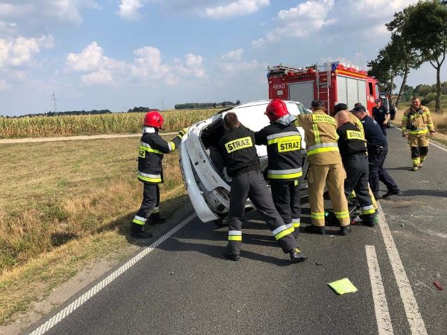 Groźna kolizja w Wieszkach w powiecie nakielskim. W zdarzeniu, do którego doszło w sobotę, 31 sierpnia, brało udział jedno auto osobowe.