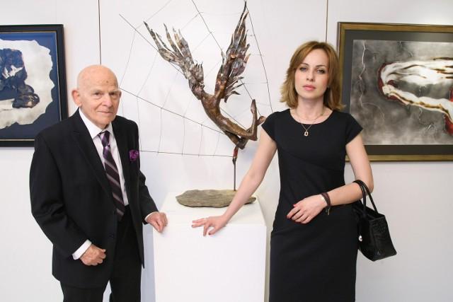 Sukces w cieniu Mont BlancProjektant słynnych ćmielowskich figurek, ale też wielki rzeźbiarz i malarz Lubomir Tomaszewski przy jednej swoich prac na wystawie w Genewie w towarzystwie kurator wystawy Katarzyny Rij.