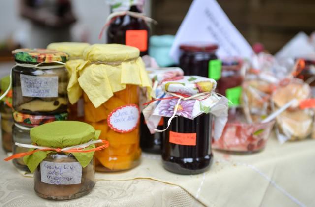 Miód lipowy, ogórki ścinawskie, serek babuni, salceson zawidowicki... W okolicy Wrocławia działa wielu lokalnych producentów i rzemieślników tradycyjnych wyrobów. Tworzą sery, jogurty, wędliny, przetwory, czekoladki, dżemy i soki. Na samą myśl o tych pysznościach cieknie ślinka!Zobacz na kolejnych slajdach o jakich lokalnych produktach w okolicy Wrocławia jest mowa.Po galerii możesz poruszać się za pomocą strzałek albo gestów na ekranie smartfona.
