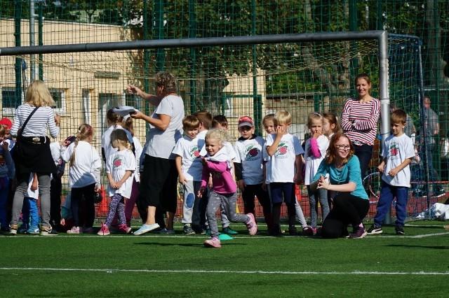 Ponad 450 dzieci wzięło w piątek udział w 13. olimpiadzie sportowej przedszkolaków i uczniów klas pierwszych szkół podstawowych, która odbyła się się w Ogrodzie Jordanowskim nr 2 przy ul. Przybyszewskiego w Poznaniu.Zobacz następne zdjęcie. --->