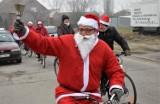 W Strzelnie Mikołaje na rowerach rozdawali dzieciakom cukierki [zdjęcia]