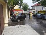 Fiat seicento uderzył w garaż na ul. Konopnickiej w Bydgoszczy. Pasażerka w szpitalu