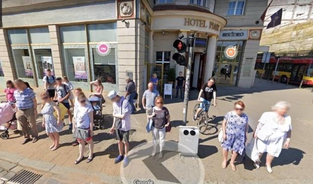 Spostrzegawczy użytkownicy Google Street View znajdują w sieci znajomych, rodzinę i miejsca, w których zostali sfotografowani. Poszukaliśmy i my. Oto ujęcia, gdzie doskonale widać mieszkańców miasta w różnych sytuacjach. Może się rozpoznacie? Zobaczcie na kolejnych slajdach.