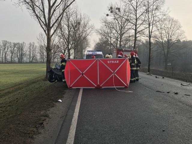 W wyniku odniesionych obrażeń 46-letni kierowca audi zmarł w szpitalu.