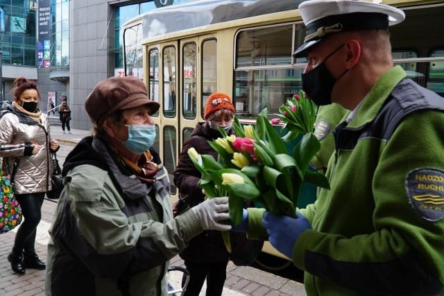 Wszystkiego najlepszego życzą paniom pracownicy MPK i centrum King Cross Marcelin – po Poznaniu jeździ specjalny tramwaj, z którego na przystankach rozdawane są żółte tulipany.