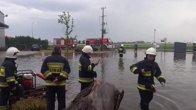 Burze w Opolskim. Powalone drzewa i zalane posesje. Woda na placu fabryki mebli w Złotnikach.