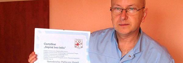 Dr Andrzej Bednarski, kierownik bloku operacyjnego w Szpitalu Powiatowym w Nowej Dębie, pokazuje certyfikat oraz miarkę, za pomocą której pacjenci określają skalę swojego bólu.