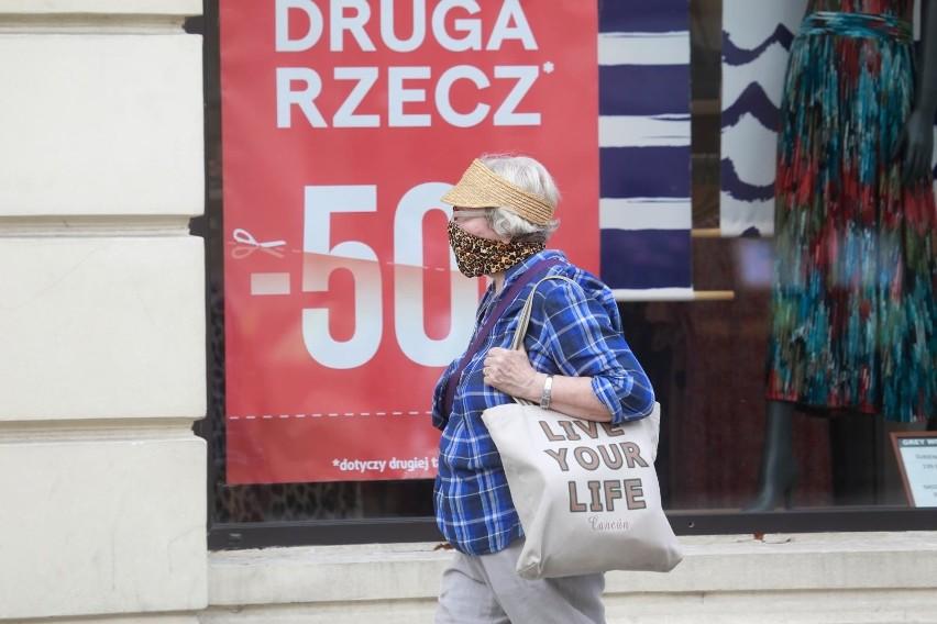 Eksperci uważają, że Polska ucierpi mniej od innych krajów Europy na koronawirusie, bo rządowe programy społeczne, m.in. 500 plus czy dodatkowe świadczeniom dla emerytów i ulgi podatkowe podtrzymają konsumpcję prywatną.