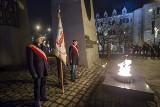 Poznań: Obchody 37. rocznicy wprowadzenia stanu wojennego. Uroczystości pod Pomnikiem Poznańskiego Czerwca [ZDJĘCIA]