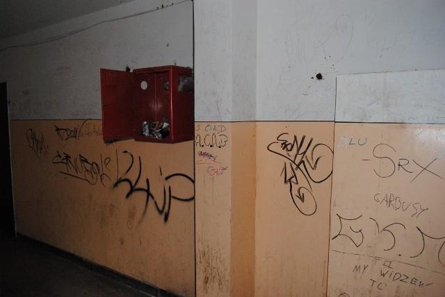 ... a w środku smród, popisane ściany i śmieci