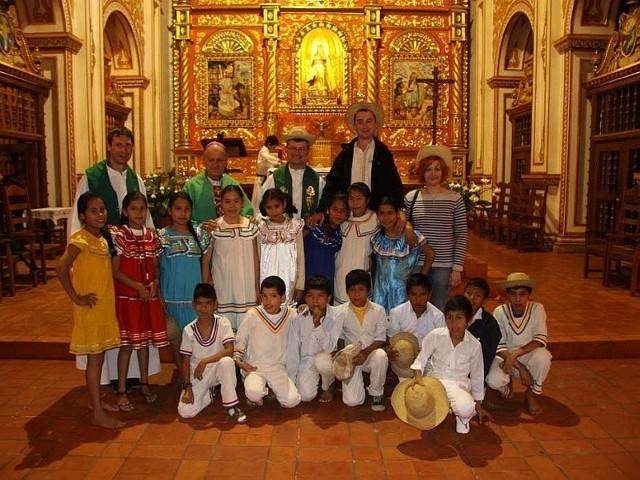 Nawet w niezamożnej Boliwii przy szczególnej okazji - a taką zawsze jest przyjazd biskupa do parafii - rodzice dbają, by dzieci były ubrane odświętnie. Biskup Antoni Reimann w ostatnim rzędzie drugi z lewej.