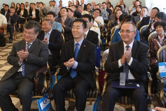 Wielki sukces biznesowego Forum Dongguan-Region Świętokrzyski. Inwestorzy z Chin chętni do współpracy!Od prawej: Zdzisław Marek Szczekota, sekretarz w Ambasadzie Chin Bingxun Yang oraz szef biura promocji Dongguan Yuan Zhijian