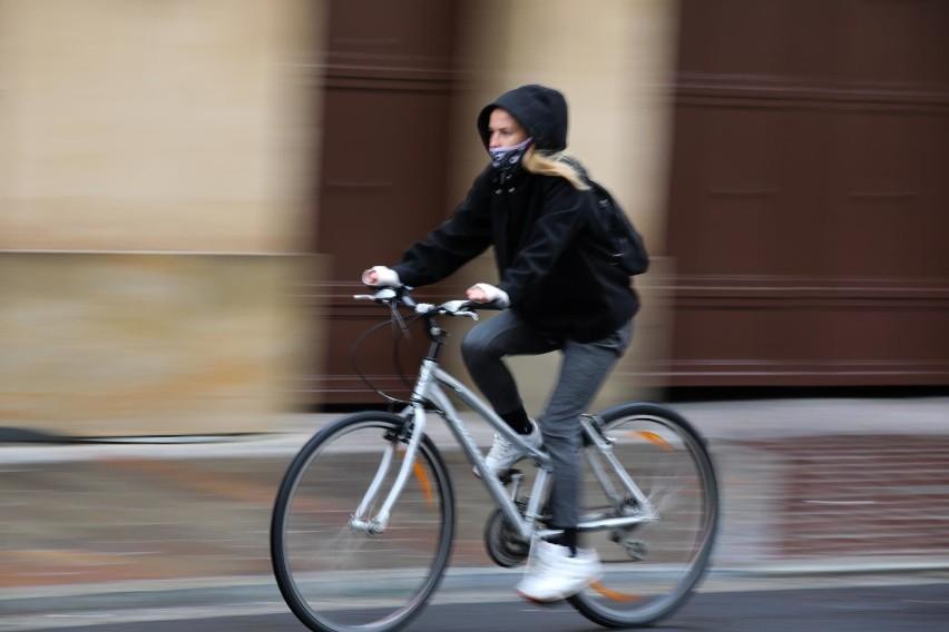 Zgodnie z rozporządzeniem zakrywanie ust i nosa nie obowiązuje m.in. osób uprawiających sport. Jednak Adam Niedzielski, minister zdrowia, tłumaczy, że wszystko, co robimy w przestrzeni publicznej wymaga używania maseczek ochronnych.