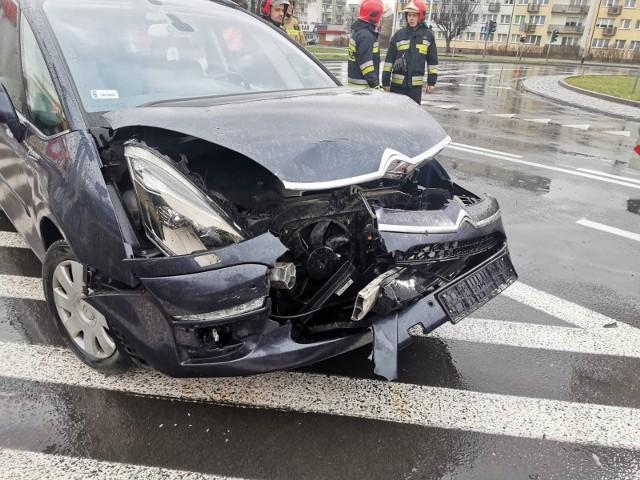 W Koszalinie na Alei Monte Cassino przy wiadukcie doszło do zderzenia dwóch aut. Kierowca renault wymusił pierwszeństwo na kierowcy passata. Nic się nikomu nie stało. Kierowcy byli trzeźwi. Sprawca został ukarany mandatem karnym.Zobacz także: Świdwin: Wypadek na skrzyżowaniu między miejscowościami Ciechnowo i Jastrzębniki. Autobus zderzył się z osobówką