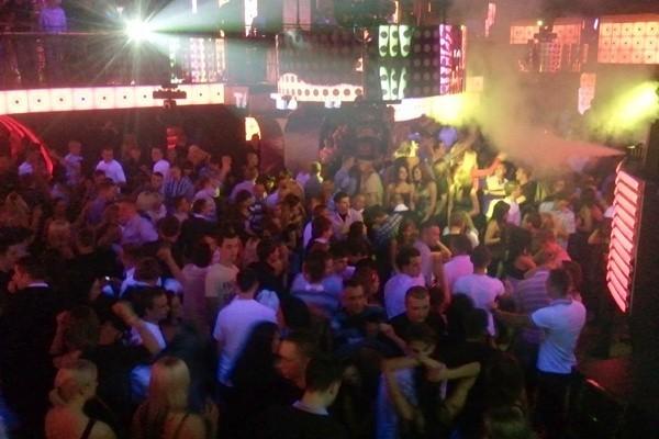 Większość gości bawi się w sali klubowej.