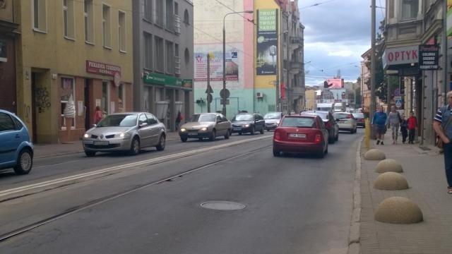 """W środę, 10 sierpnia, na obwodnicy Gorzowa Wlkp. (to część trasy S3) doszło do tragicznego wypadku. Obwodnicę zamknięto, a ruch puszczono przez centrum miasta. Zaczęły się tworzyć gigantyczne korki. Niektórzy kierowcy mówili nam, że przejazd przez Gorzów zajmuje im nawet ponad dwie godziny.Najbardziej zakorkowane było centrum miasta. To tędy samochody jechało w kierunku Szczecina. Samochody kierowały się na Most Staromiejski i stąd na starą """"trójkę"""".Zobacz też:  Tragiczny wypadek na S3 na obwodnicy Gorzowa. Zginęła jedna osobaObwodnica Gorzowa była zamknięta od godziny 10. Ponownie otwartą ją dopiero około godziny 16.30. Przypomnijmy, do tragedii doszło na drodze S3, tuż za mostem na Warcie. Na drodze stały samochody. W tył stojącej w korku ciężarówki przewożącej gaz uderzyła druga. W wypadku uczestniczyła również skoda, która został uderzona przez jedną z ciężarówek. Na szczęście osobom jadącym w osobówce nic się nie stało. Zderzyły się dwie ciężarówki i jedno auto osobowe. Z pierwszych informacji przekazanych przez straż pożarną wynika, że w wypadku zginęła jedna osoba."""