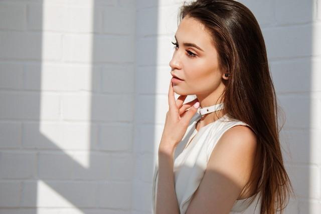 """W bieżącym roku czeka nas kontynuacja trendów """"au naturel"""", szczególnie w przypadku cery i brwi. To będzie też dobry czas na eksperymenty eyelinerem i kredkami do oczu."""