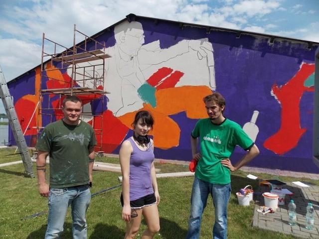 Twórcami pierwszych oficjalnych nowosolskich murali są (od lewej): Krzysztof Piasta, Natalia Rak oraz Jakub Orliński.