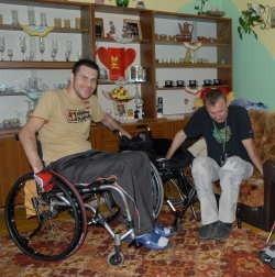 Nawet samodzielne zsiadanie z wózka na łóżko jest dla Radka Różańskiego z Ponikwi Małej (z lewej) trudne. Paweł Lubiak pokazuje mu jak to zrobić.