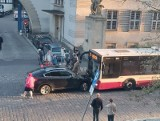 Wypadek w Opolu. BMW zderzyło się czołowo z autobusem MZK
