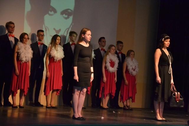 """Teatr Bene Nati z Zespołu Szkół im. R. Traugutta w Lipnie powstał 25 lat temu. Założyła go polonistka Wanda Mróz i przez dłuższy czas funkcjonował bez nazwy. Pojawiła się ona dopiero wraz z udziałem w przeglądach teatralnych i znaczy nic innego jak """"dobrze urodzeni"""". Do tej pory wystawił 67 spektakli, a ponad 300 uczniów miało okazję przekonać się, jak smakuje aktorski fach.- Wydaje mi się, że zaledwie wczoraj zaczynaliśmy pierwsze zajęcia – żartuje Wanda Mróz. – Nie dociera do mnie, że minęło już 25 lat. Cieszy mnie fakt, że wielu absolwentów realizuje swą aktorską pasję w dorosłym życiu. Są zawodowymi aktorami bądź prowadzą  szkolne zespoły teatralne. Czasami występują w amatorskich przedstawieniach.  Podczas jubileuszowej gali młodzi aktorzy wystawili dwa spektakle – """"Pola z Lipna"""" i """"One"""". Gratulacjom nie było końca, a na widowni zasiedli absolwenci, którzy mają swój udział w sukcesach Bene Nati. Wanda Mróz nigdy nie bała się wyzwań, co potwierdza tematyka wystawianych spektakli. Są zarówno sztuki poruszające trudne sprawy społeczne, jak i przedstawienia, w których trzeba wykazać się umiejętnościami tanecznymi i wokalnymi. Więcej w piątkowym wydaniu """"Gazety Pomorskiej"""".Flesz - wypadki drogowe. Jak udzielić pierwszej pomocy?"""