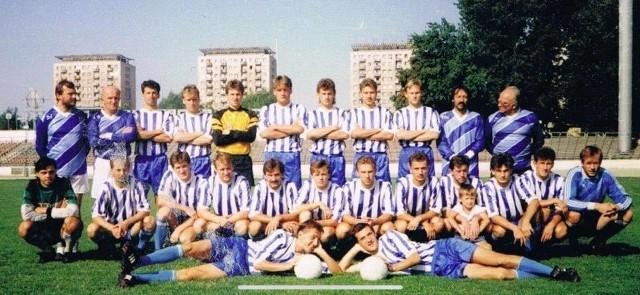 Wybraliśmy 50 najlepszych piłkarzy Stali Rzeszów ostatniego 30-lecia. W tym czasie rzeszowianie grali na zapleczu ekstraklasy, w obecnej 2 i 3 lidze, ale i w 4 lidze. Dobrych, a nawet bardzo dobrych piłkarzy przez zespół biało-niebieskich przewinęło się bardzo wielu. Sprawdźcie, których uznaliśmy za najlepszych.
