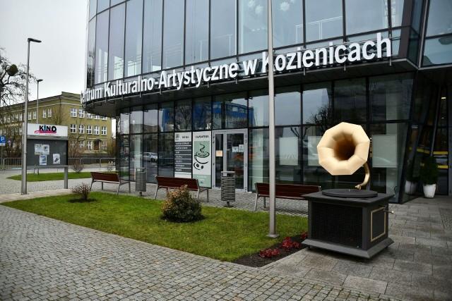 Pojemnik na nakrętki w kształcie gramofonu stanął przed Centrum Kulturalno-Artystycznym w Kozienicach.
