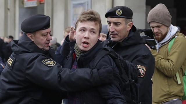 Zdjęcie przedstawia zatrzymanie Ramana Pratasiewicza podczas demonstracji w w Mińsku 26 marca 2017 r.