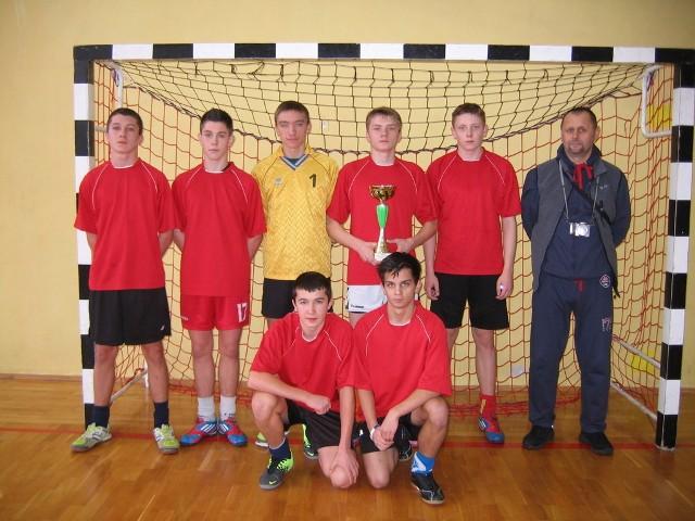 Drużyna z miasteckiego Gimnazjum wygrała  XIX Halowy Turniej Piłki Nożnej Chłopców Szkół Gimnazjalnych, który odbył się w Zespołu Szkół Ponadgimnazjalnych w Łodzierzy.