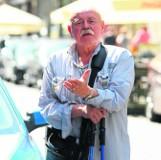 Kabareciarz pojechał na wakacje, a straż odholowała mu auto