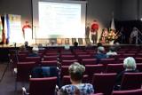 Seniorzy z indeksami i maseczkami, czyli nietypowa inauguracja roku akademickiego na Zielonogórskim Uniwersytecie Trzeciego Wieku