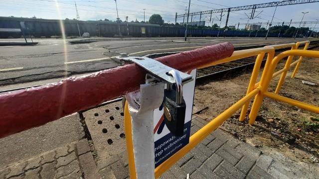 Szlaban na kłódkę. Zamknięte przejście dla niepełnosprawnych przy dworcu PKP w Słupsku.