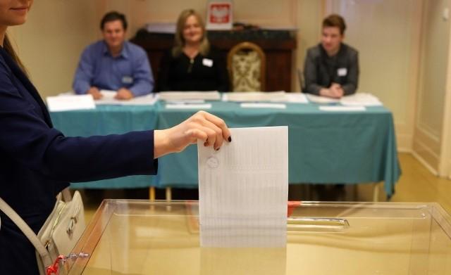 Lokale wyborcze w niedzielę 13 października będą czynne w godz. 7 – 21.