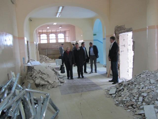 Radni i urzędnicy zwiedzali przyszłą siedzibę VIII LO