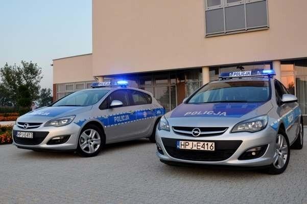 Dwa nowoczesne radiowozy marki Opel Astra z silnikami o mocy 170-koni mechanicznych trafiły do komendy powiatowej w Kędzierzynie-Koźlu.