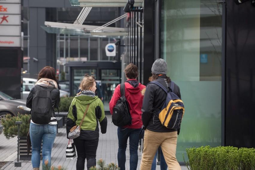 Młodzi Polacy chcą pracować mobilnie. Biuro kojarzy się równie źle jak korporacja