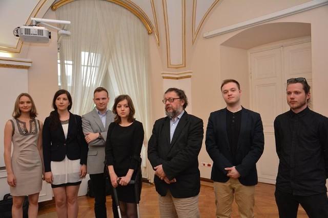 Od lewej stoją: Monika Błaszczak (teatr, taniec), Karolina Maria Siwiak (malarstwo), radny Mateusz Rozmiarek (członek kapituły), Justyna Olszewska (sztuki wizualne), prof. Roman Kubicki (przewodniczący kapituły), Piotr Scholz (jazz), Robert Gruszewski (architektura).