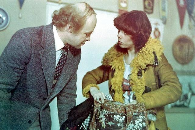 """""""Miś"""" - jedna z najsłynniejszych polskich komedii filmowych, w reżyserii Stanisława Barei, weszła na ekrany kin 4 maja 1981 roku. Produkcja do dziś jest chętnie oglądana, a wiele sformułowań z filmu weszło do języka potocznego.Czytaj dalej na kolejnym slajdzie"""