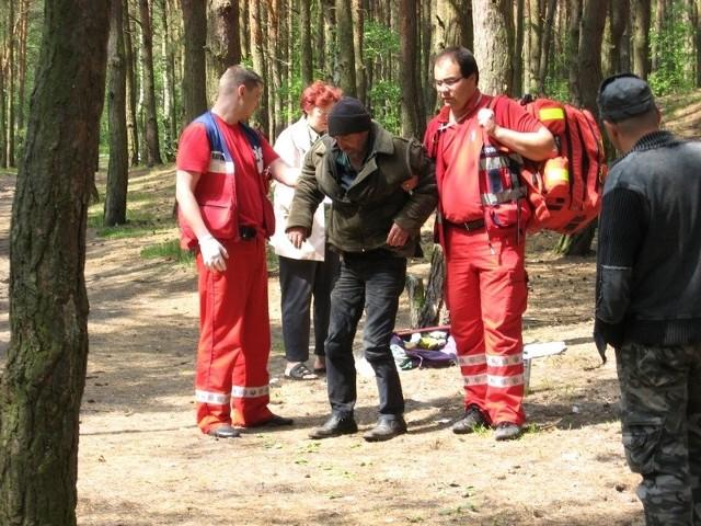 Nogi odmówiły panu Januszowi posłuszeństwa. Pomogli ratownicy z pogotowia.