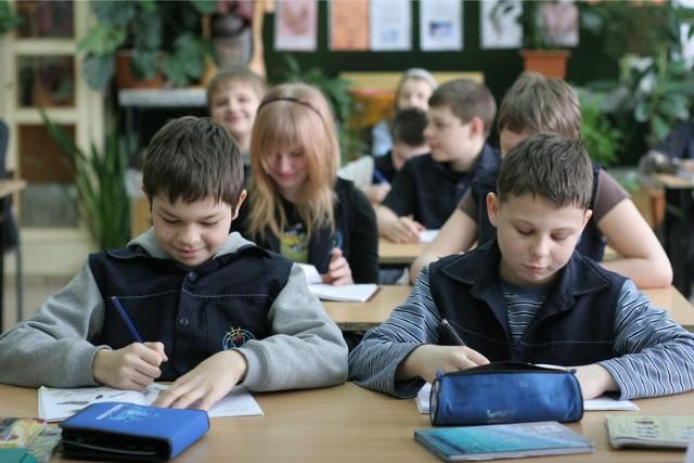 """Zgodnie z prawem na lekcje religii się zapisuje, a nie z nich zwalnia (czyli: wyraża się wolę udziału w nich, a nie jest się zapisywanym """"z automatu""""). Katechezy są organizowane na życzenie rodziców lub pełnoletnich uczniów.Dane pochodzą z Annuarium Statisticum Ecclesiae in Polonia AD 2020 i dotyczą wszystkich rodzajów szkół publicznych w Polsce w roku szkolnym 2018/19. Podajemy procent uczniów, którzy uczęszczają na lekcje religii.Kliknij w kolejne zdjęcie >>>"""