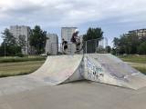 Lato w Kielcach. Jak młodzież spędza wakacje w mieście? Zobacz zdjęcia z skateparku i placu zabaw