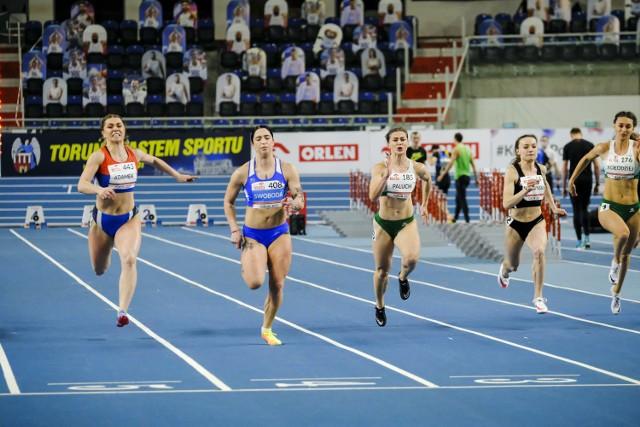W biegu na 60 m, pilanka Klaudia Adamek (z lewej) przegrała tylko z Ewą Swodobą