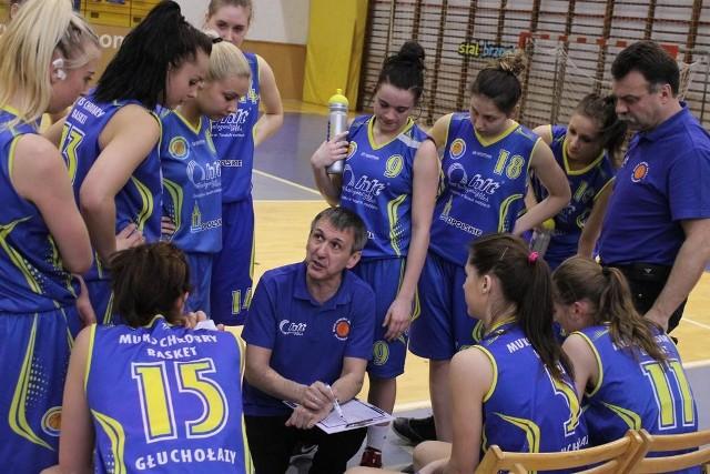 Dla koszykarek Chrobrego Głuchołazy (na zdjęciu z trenerem Tadeuszem Widziszowskim) jak i Stali Brzeg, był to ostatni mecz w tym sezonie ligowym.
