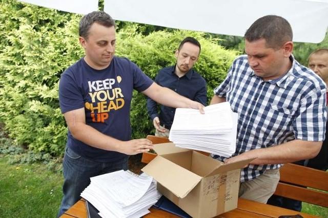 W województwie opolskim zebrano ponad 12 tysięcy podpisów za zmianą ustawy. - Liczyliśmy na trochę więcej, ale to też jest dobry wynik - uważa Piotr Długosz (na zdjęciu pierwszy z lewej).